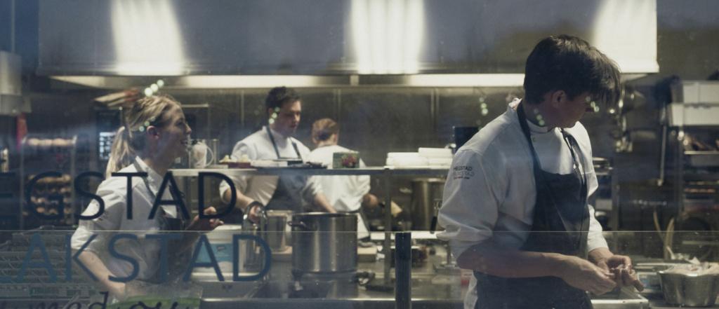 Hegstad Blakstad kokker på kjøkkenet